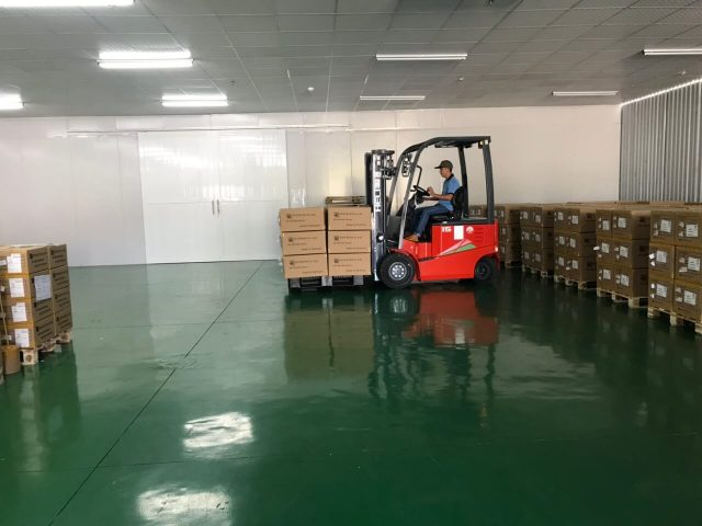 Xe nâng điện 2 tấn Heli hoạt động trong nhà xưởng